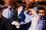 Novio y novia mirándose en su boda