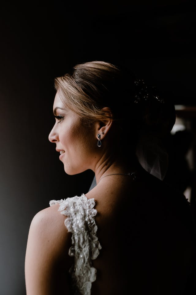 Detail of the bride before her wedding